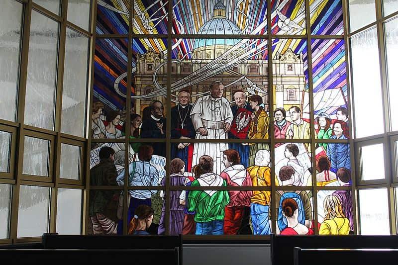 Rydzyk na witrażu. Komiczna instalacja w kościele