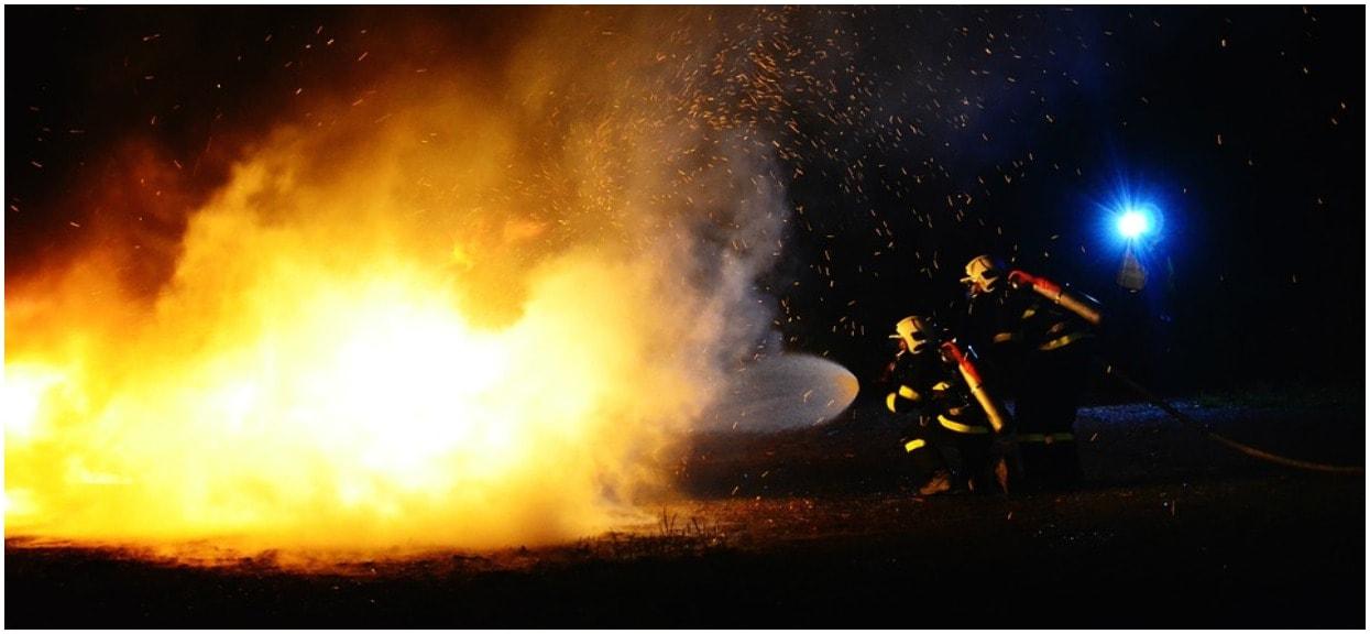 Pożar trawi wielki budynek na zachodzie Polski. Płoną pojemniki z niezidentyfikowaną substancją