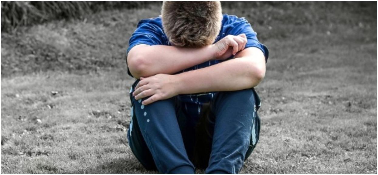 Wakacje chłopca niewyobrażalnie nękanego przez nastolatków zamieniły się w piekło. Oburzające nagranie obiega polskie media