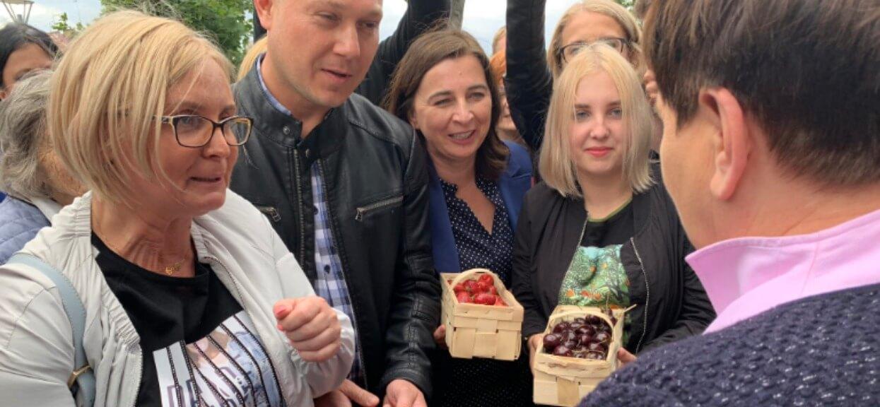 """Szydło i PiS publicznie przyłapani na ustawce. Działacze partii udawali """"zadowolonych obywateli"""""""