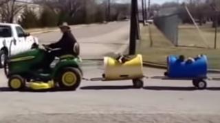 80-latek zbudował kolejkę dla bezpańskich psów. Zabiera je na wesołe przejażdżki!