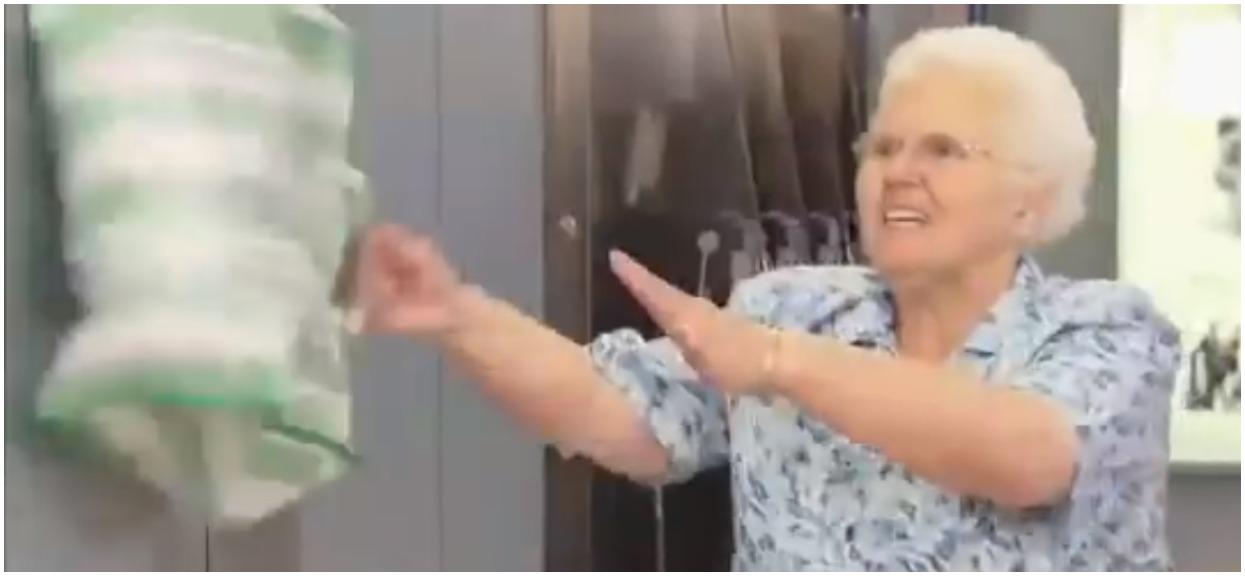 Z siatki babci dochodziło miauczenie. Nagle zaczęła nią walić o ścianę, ukryta kamera rozkłada na łopatki