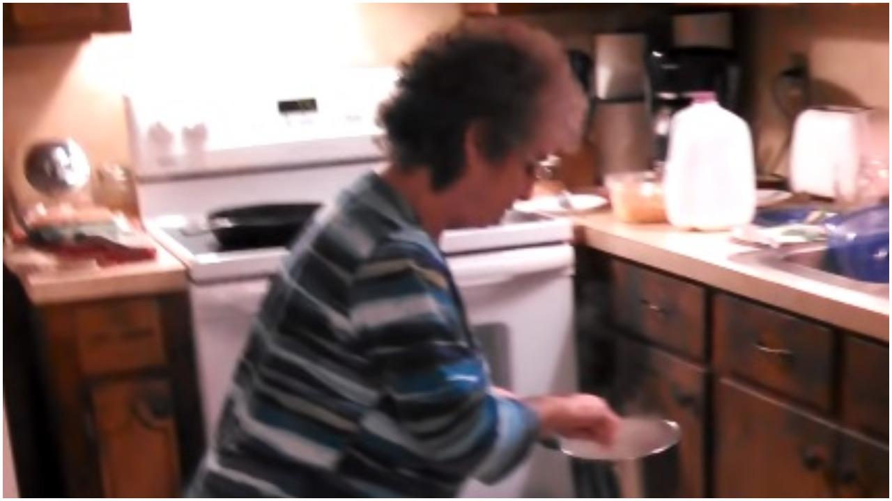 Babcia gotuje obiad i nie wie, że wszystko się nagrywa. Nagle aż ją poderwało, gdy usłyszała znajome dźwięki w radiu