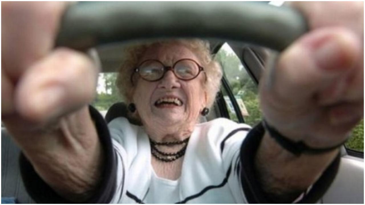4 babcie jadące autem zostały zatrzymane. Policjant wytrzeszczył oczy na odpowiedź staruszki