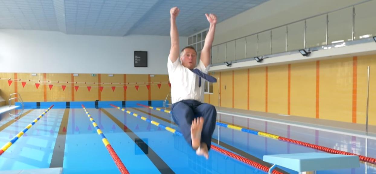 Polski burmistrz wskoczył do basenu. 2 dni nie można było się w nim kąpać