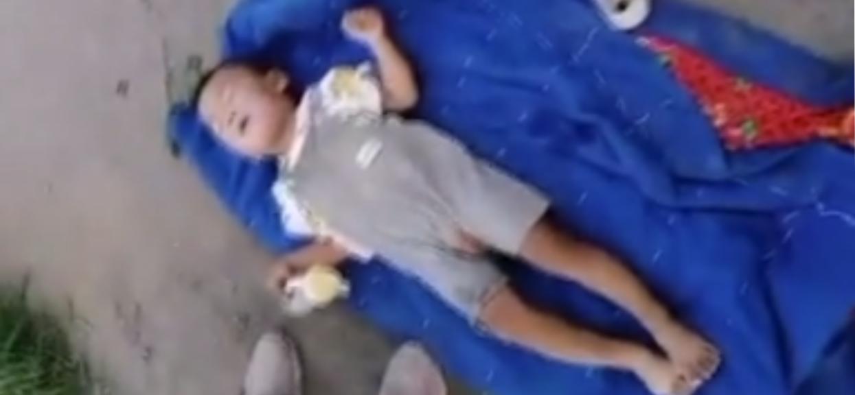 Dziecko leżało porzucone na poboczu. Przechodnie od razu zauważyli, że jest ciężko chore