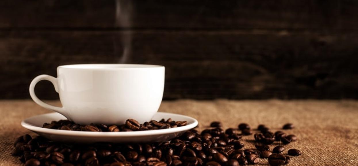Zaskakujące badania obalają mit na temat kawy. Tyle lat popełnialiśmy ten sam błąd