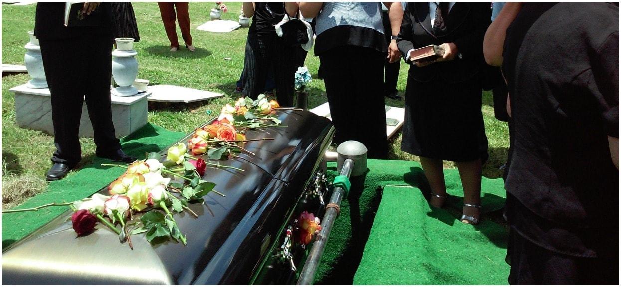 Gdy zrozpaczeni żałobnicy wrócili do domu, zastał ich przerażający widok. Niepojęte rzeczy działy się podczas pogrzebu