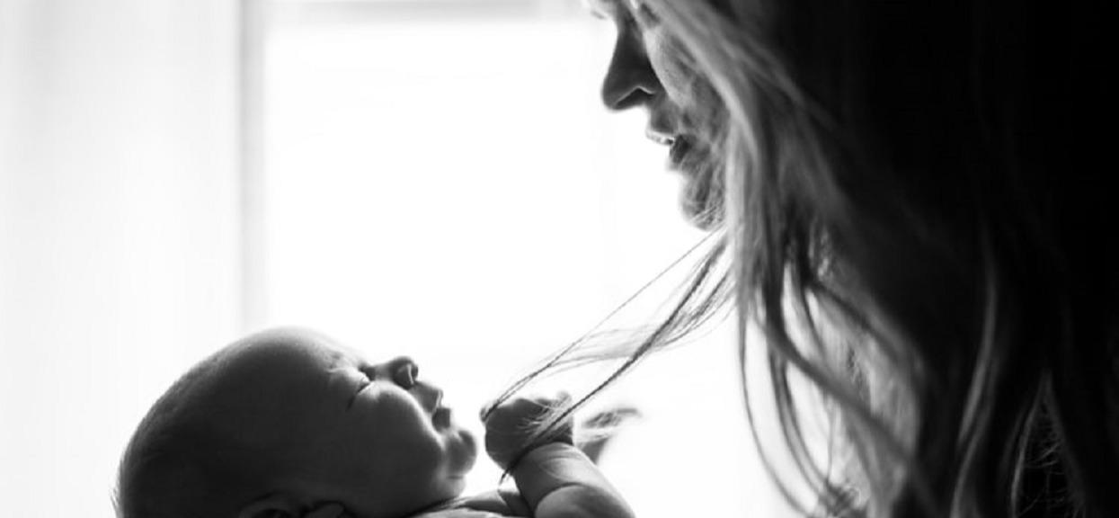 """""""Jestem samotną matką, ludzie traktują mnie jak kalekę"""". Mama 5-latki ma dość"""