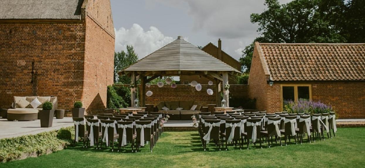 Syn Joanny przyszedł na ślub matki. Przez pewien szczegół weselnicy zmieszali go z błotem