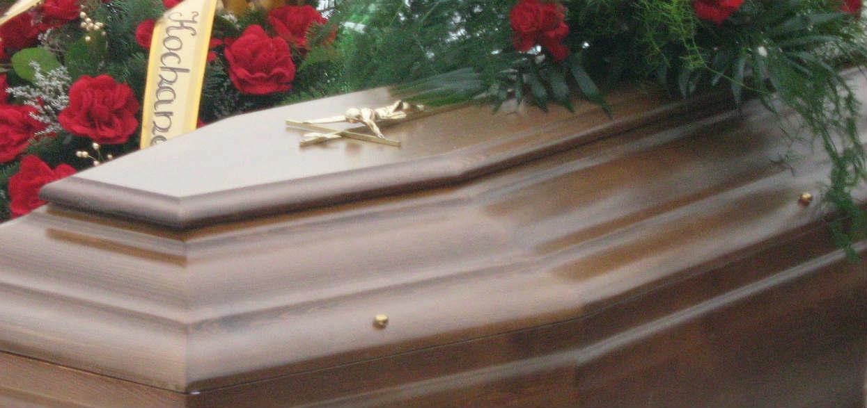 Pracownica zakładu pogrzebowego spojrzała na ciało kobiety i oniemiała. Reanimacja trwała 40 minut, szczegóły ścinają z nóg