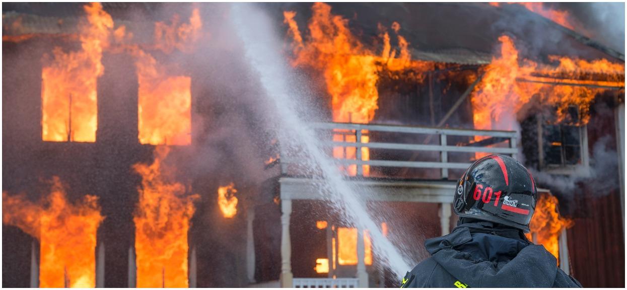 Ogromny pożar domu na północy polski zaskoczył śpiącą rodzinę. W ostatniej chwili ogień zauważył sąsiad