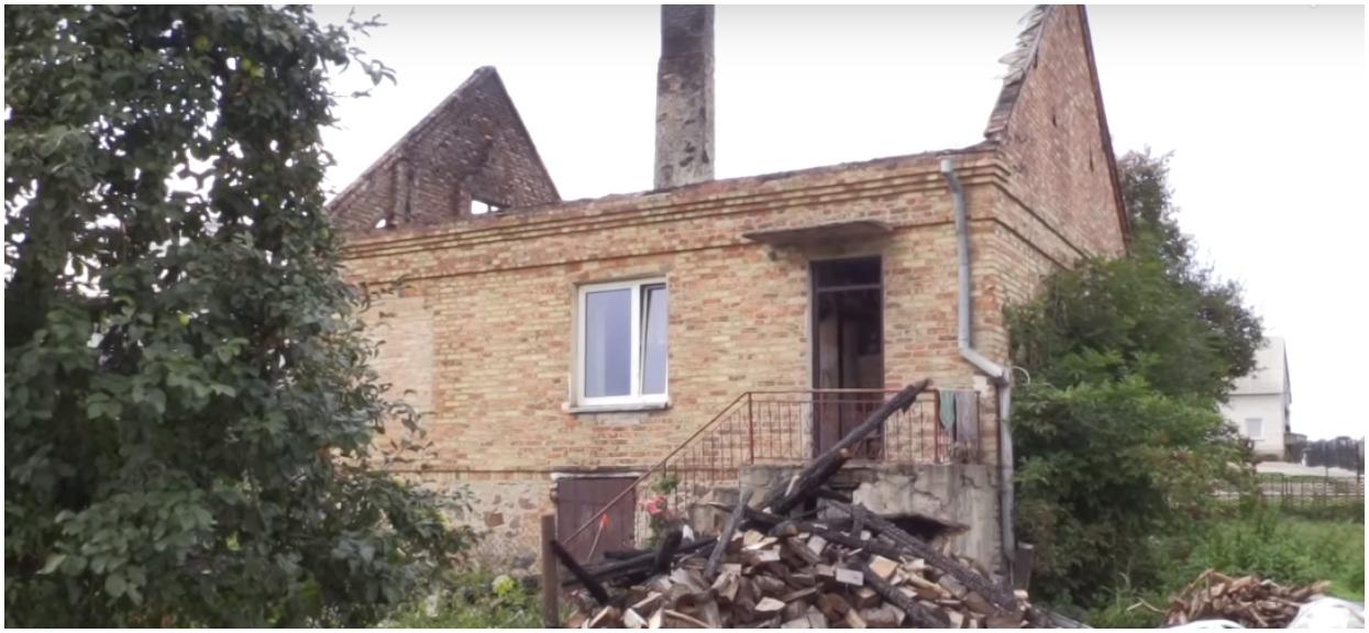 Pożar domu na północy Polski zaskoczył śpiącą rodzinę.