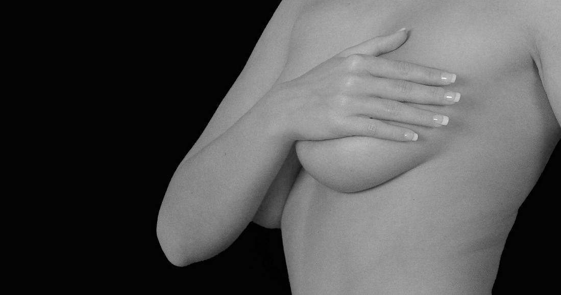 Twoje ciało ostrzega Cię przed rakiem piersi. Oto kilka niepozornych objawów, których nigdy nie powinnaś lekceważyć