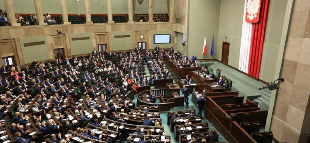 PiS jest niezatapialne? Po aferze Kuchcińskiego, mogą liczyć na samodzielną większość w Sejmie