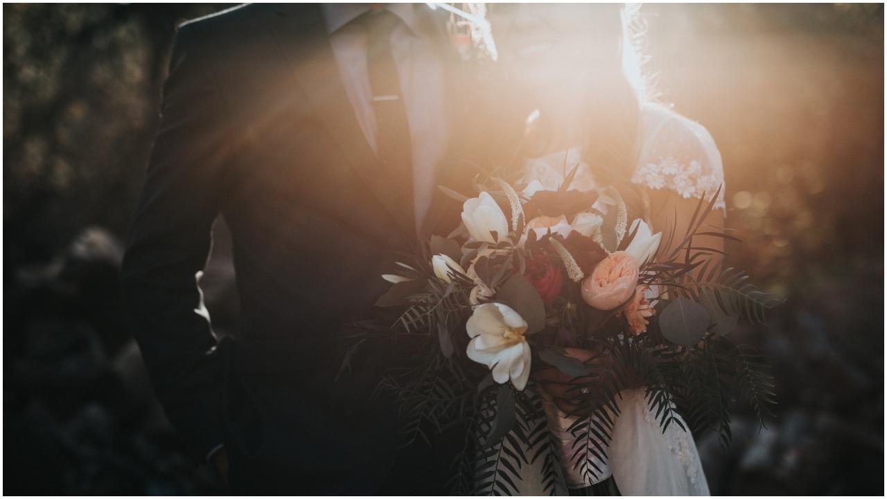 Dlaczego panna młoda staje podczas ślubu zawsze po lewej stronie? Powód jest zadziwiający