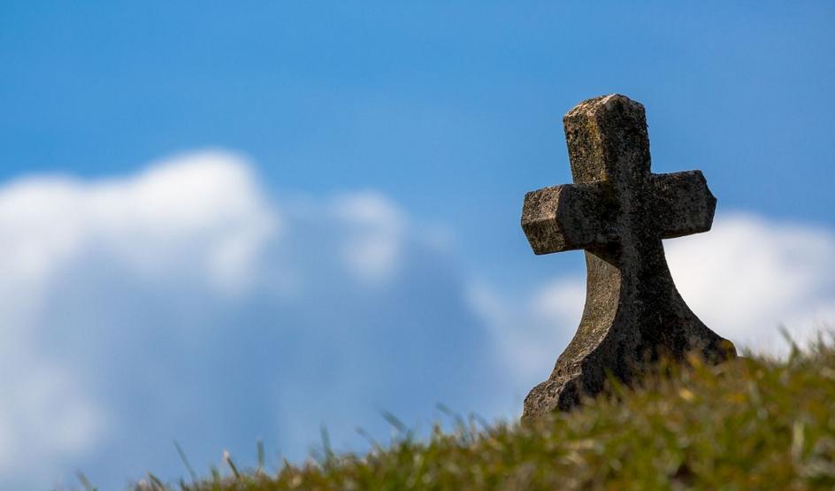 Przez 13 lat zostawiał znicze i kwiaty na miejscu śmierci syna. Po latach znalazł tam notatkę, jej treść jest niesamowita