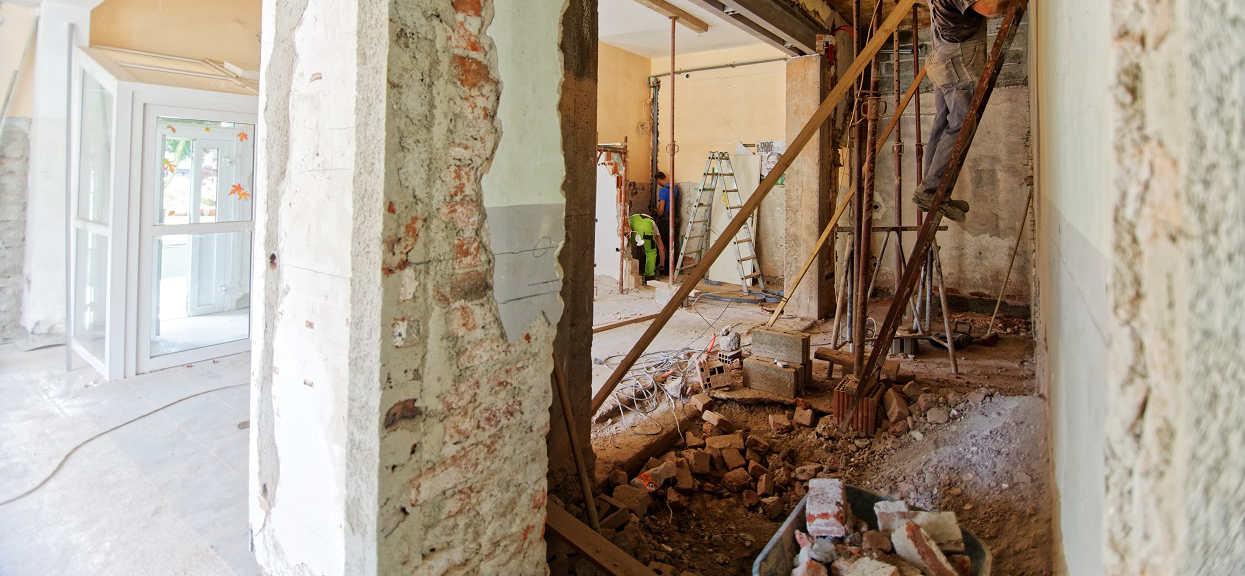 Budowlańcy rozkopali podłogę w szkolę podstawowej. Znalezisko zmroziło im krew w żyłach