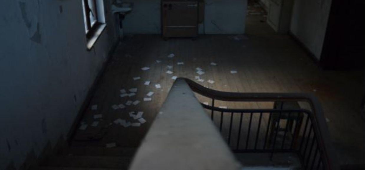 Wnuczek robił porządek w domu zmarłych dziadków. Odsunął dywan i zauważył ukrytą w podłodze skrytkę