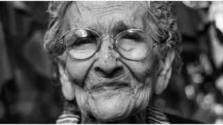 Policjanci zatrzymali babcię, która gubiła na ulicy pieniądze. Kiedy się dowiedzieli skąd je ma, zaniemówili