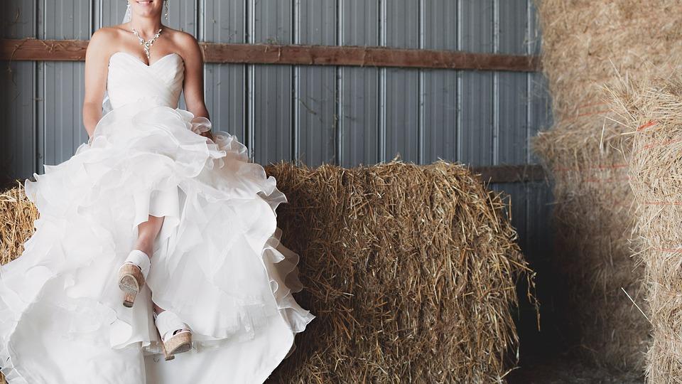 Panna młoda tak pokochała suknię ślubną, że postanowiła jej nie zdejmować. Robiła w niej wszystko, a ludzie łapali się za głowy