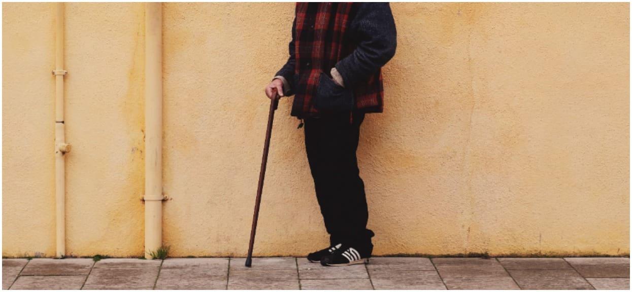 Dziadek o lasce ledwo szedł, ale bardzo chciał zdążyć na busa. W ostatniej chwili kierowca zrobił mu niewytłumaczalne świństwo