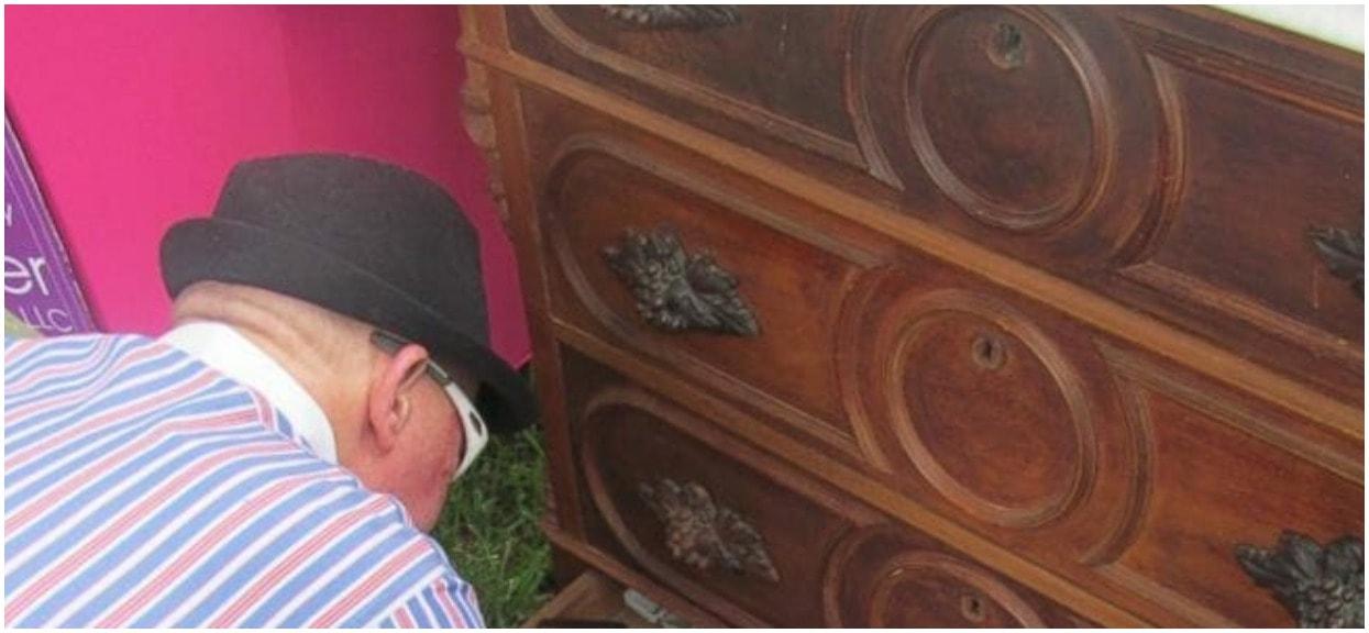Dziadek kupił ponad 100-letnią komodę. Nagle usłyszał z niej dziwaczne dźwięki i dokonał odkrycia, przez które skoczyła mu adrenalina