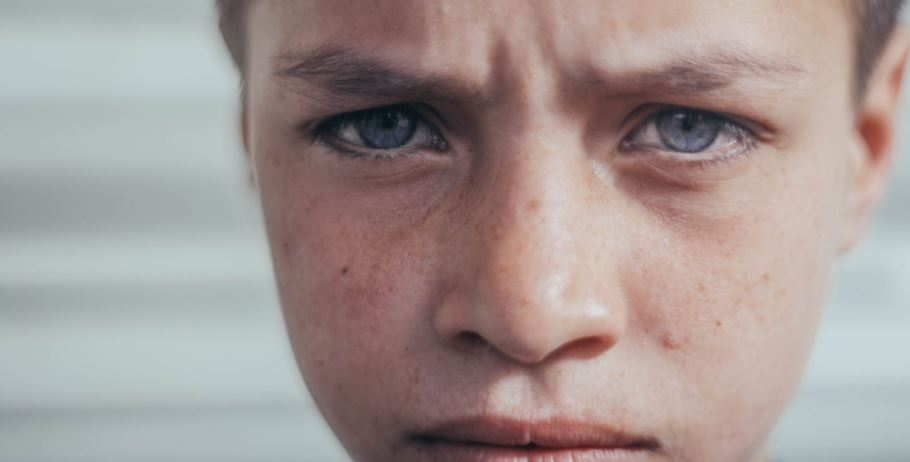 Kelnerka z niechęcią i pogardą obsługiwała samotne dziecko. Chłopiec wyszedł, a ona zobaczyła, co zostawił na stole i zalała się łzami