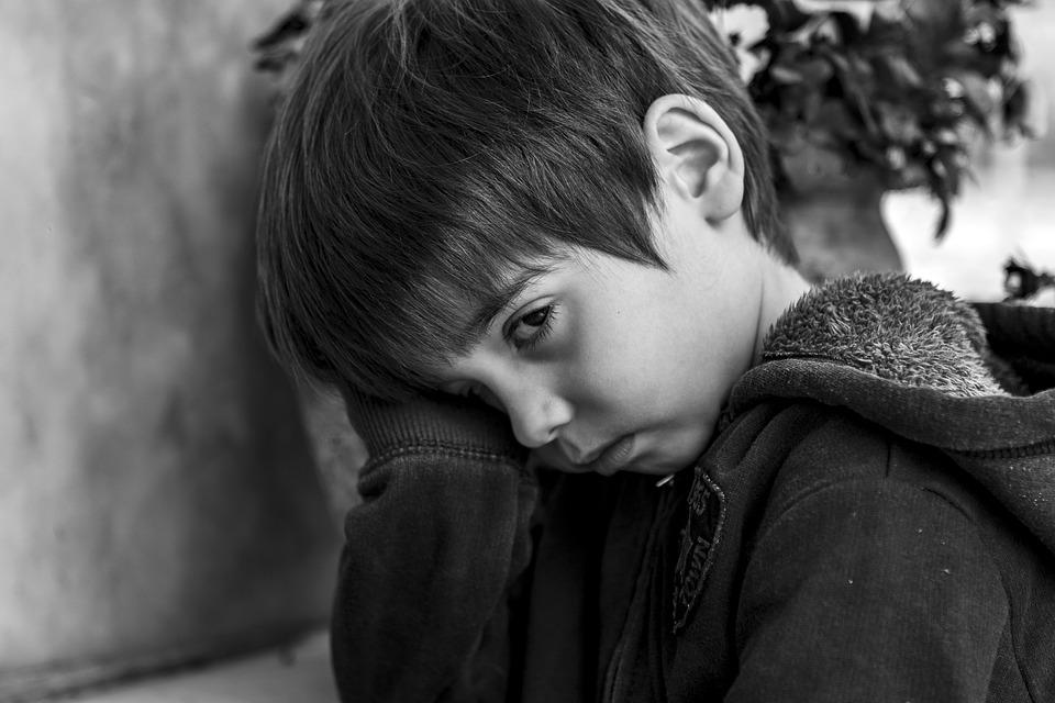 5-letnie dziecko zapukało do sąsiadki i powiedziało, że jego mama nie żyje. Kobieta spojrzała na jego ręce i natychmiast zareagowała
