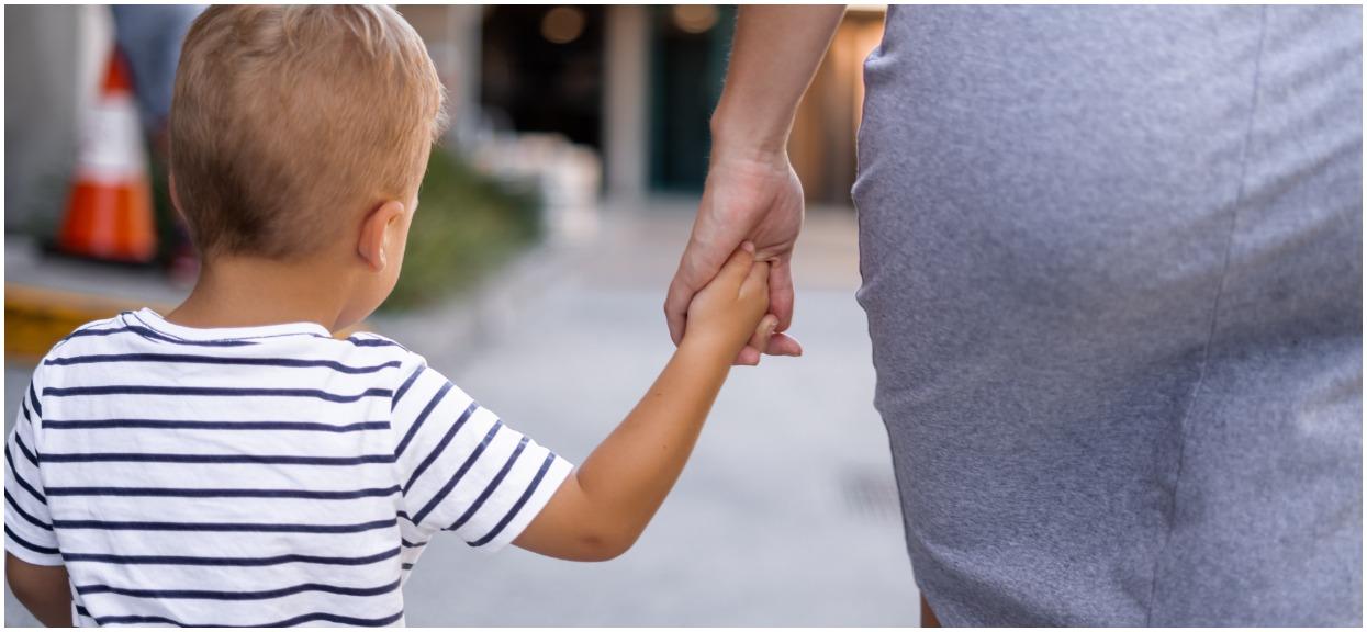 Chodzisz z dzieckiem za rękę? Może grozić ci mandat, to nie żart