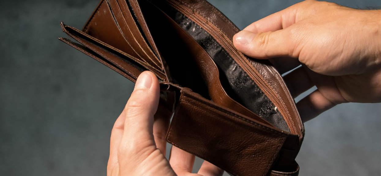 Emerytka chciała uratować swojego syna i straciła 100 tys. złotych. Teraz nie ma za co żyć
