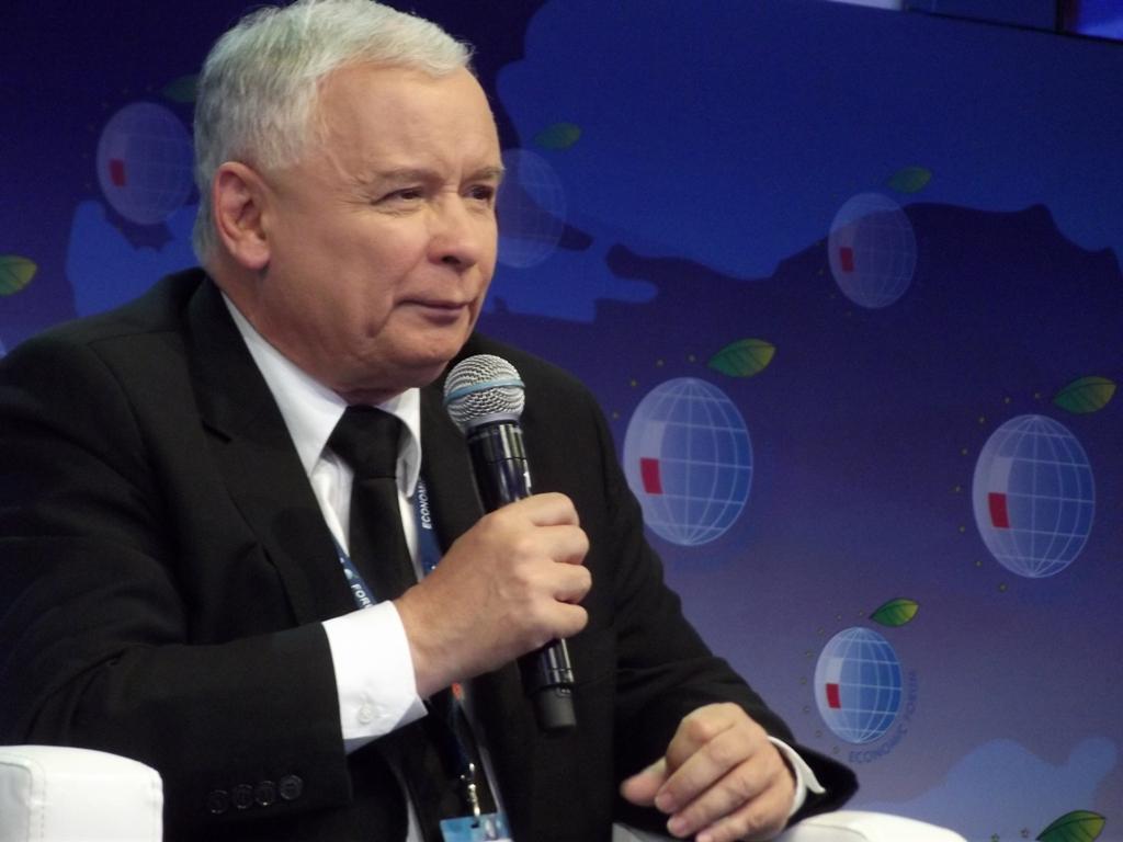 Zarzucił Kaczyńskiemu, że mówi o rodzinie, pozostając kawalerem. Teraz PiS odpiera zarzuty
