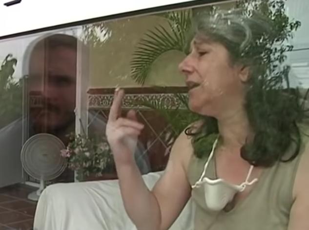 Kobieta od 13 lat żyje w szklanej klatce. Tylko dwa razy w roku przytula swoje dzieci