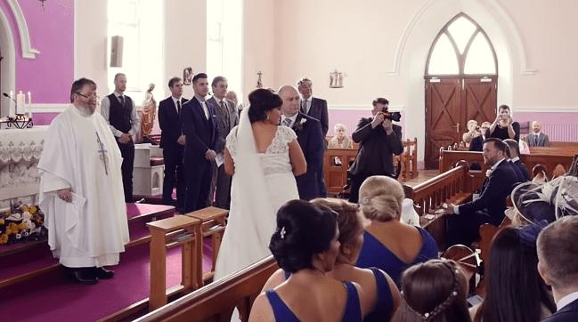 Nagłe dźwięki z głębi kościoła przerwały ślub. Narzeczony stał jak wryty, panna młoda momentalnie odwróciła się od ołtarza