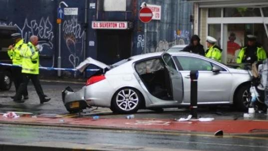 Samochód wbił się prosto w kościół, straszny widok. Ranni dorośli i dzieci, kierowca walczy o życie