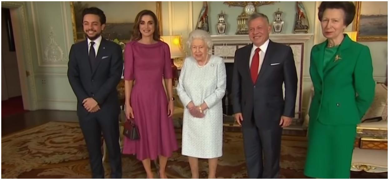 Elżbieta II ukrywała chorobę. Wszystko wyszło na jaw, gdy kamery uchwyciły posiniaczone dłonie królowej