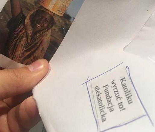 """Niewiarygodne naklejki na kopertach organizacji UNICEF. """"Katoliku, wyrzuć to!"""""""