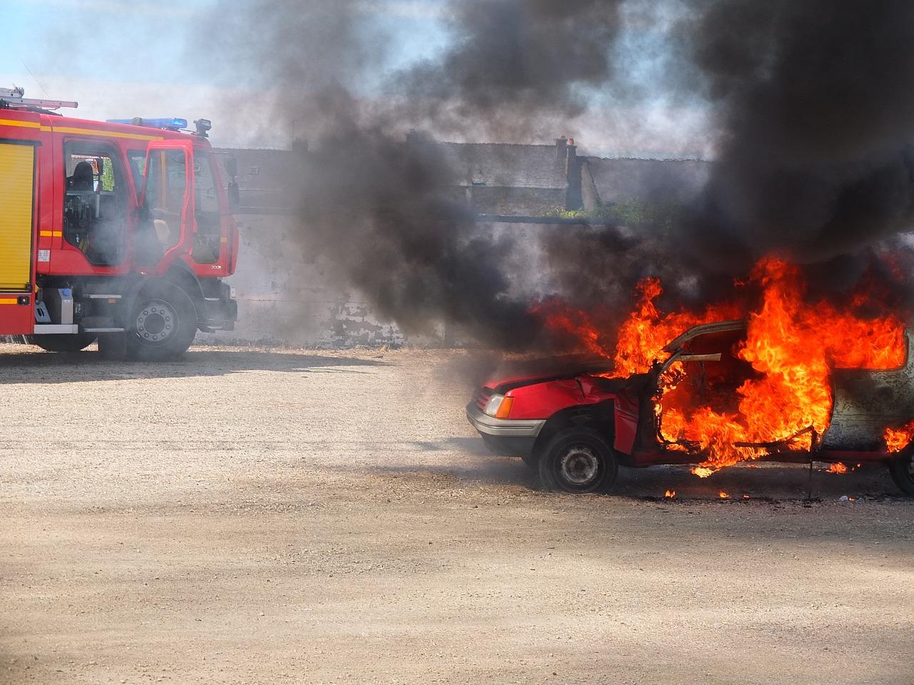 Mężczyzna rozpętał pożar w swoim miejscu pracy. W rękach miał miotacz ognia