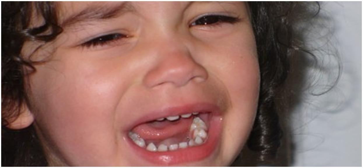 6-latka chodziła po parapecie, a z mieszkania dobiegał głośny płacz. Mama w tym czasie była na imprezie