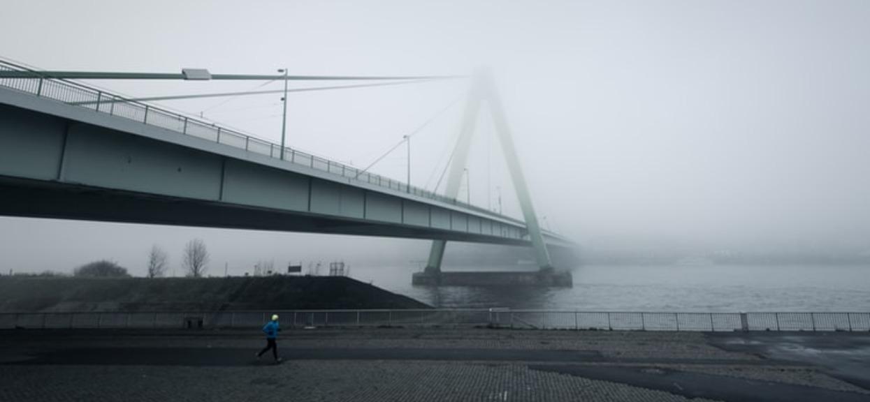 Zobaczyli mężczyznę zrzucającego coś z mostu do rzeki. Gdy poznali prawdę, natychmiast wezwali policję