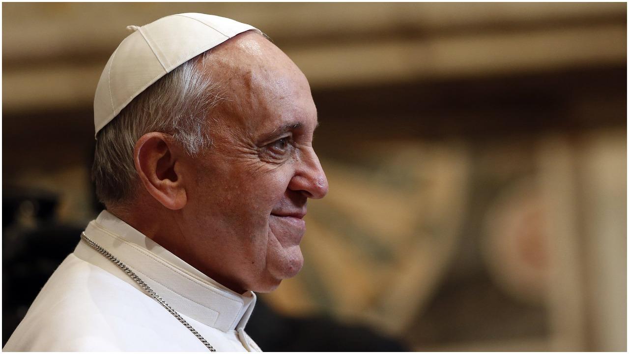 Nagle w uliczce pojawił się papież Franciszek, w pobliżu były tylko córki Polki. Natychmiast ruszyły w kierunku papieża