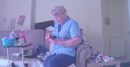Rodzina zamontowała ukrytą kamerę w zegarze. Rzeczy, które pielęgniarka robiła staruszce po udarze były ohydne