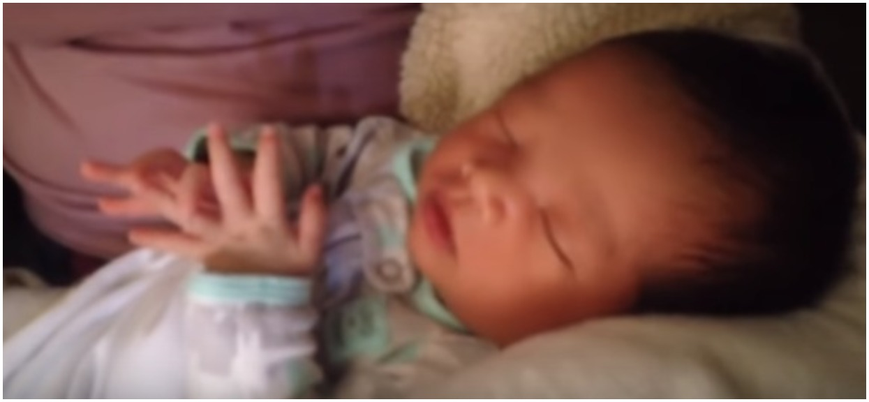 18-dniowy noworodek dokonał rzeczy, której nie potrafią nawet starsze dzieci. Mocno zadziwieni rodzice natychmiast go nagrali