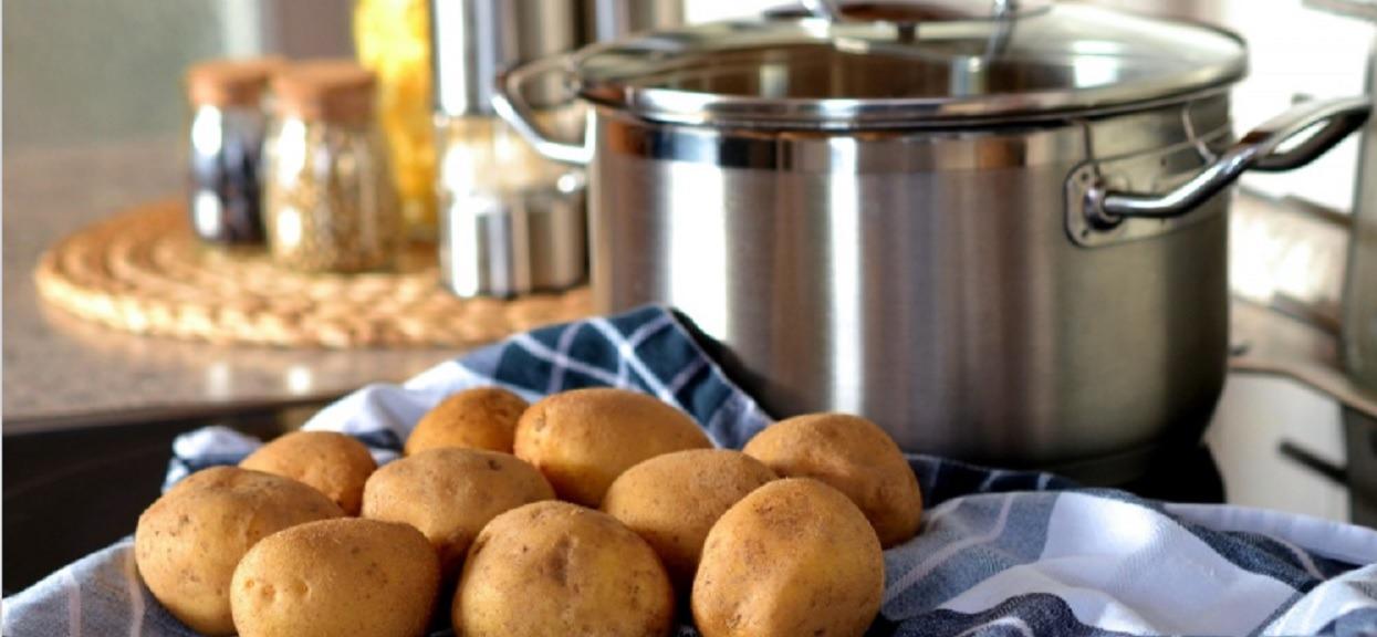 Wiele kobiet żałuje, że nie znało wcześniej tego rewolucyjnego przepisu na ugotowanie ziemniaków. Niezwykły smak obiadu