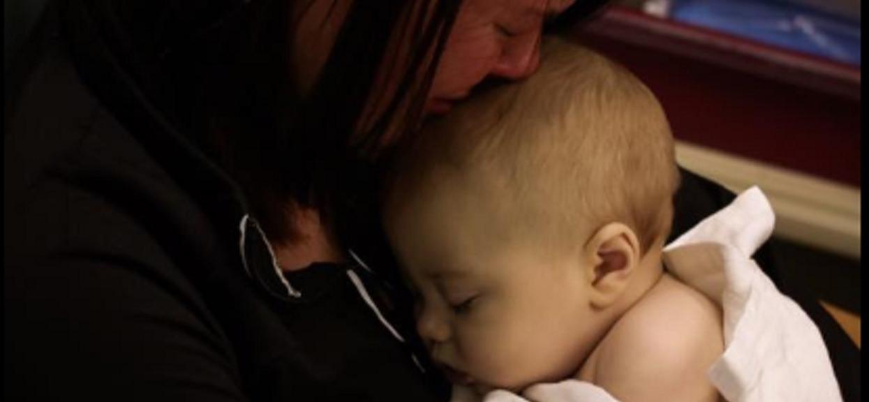 Tuż po śmierci 8-miesięcznego synka zrobiła chłopcu zdjęcie z ważnego powodu. Nagła niewyobrażalna tragedia spadła na rodzinę