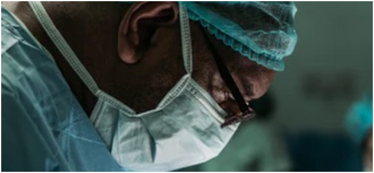 Lekarz pilnie ratuje konające na oczach ojca dziecko. Gdy tata odkrywa prawdę na temat doktora, momentalnie robi się mu wstyd