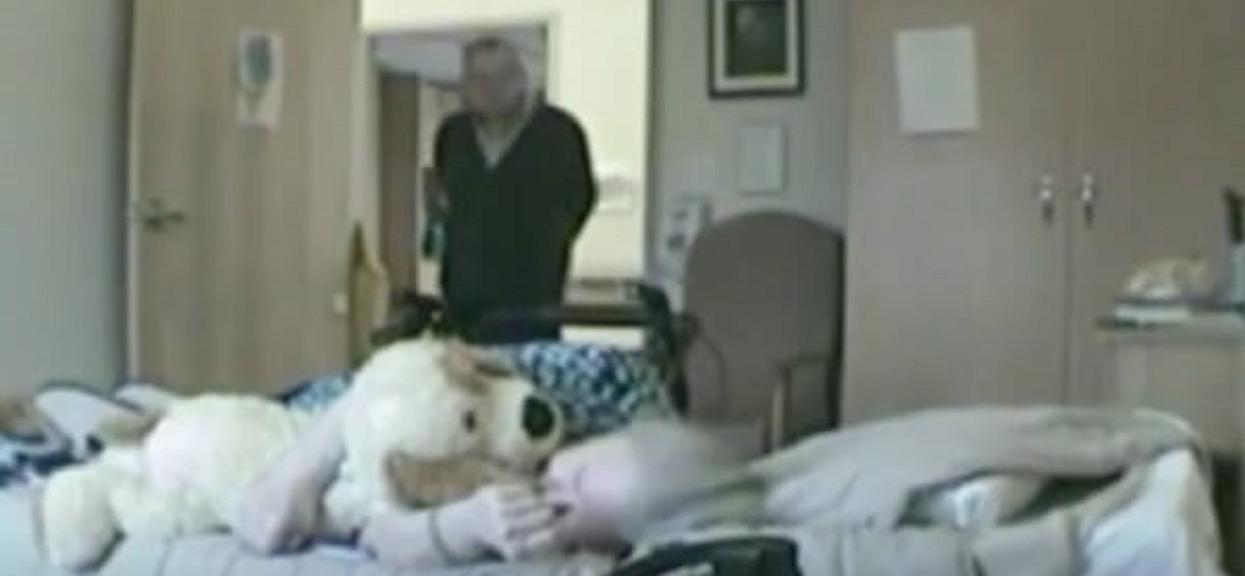 Opiekun babci nie wie, że w pokoju zainstalowano ukrytą kamerę. Nagranie przechodzi najgorsze wyobrażenia