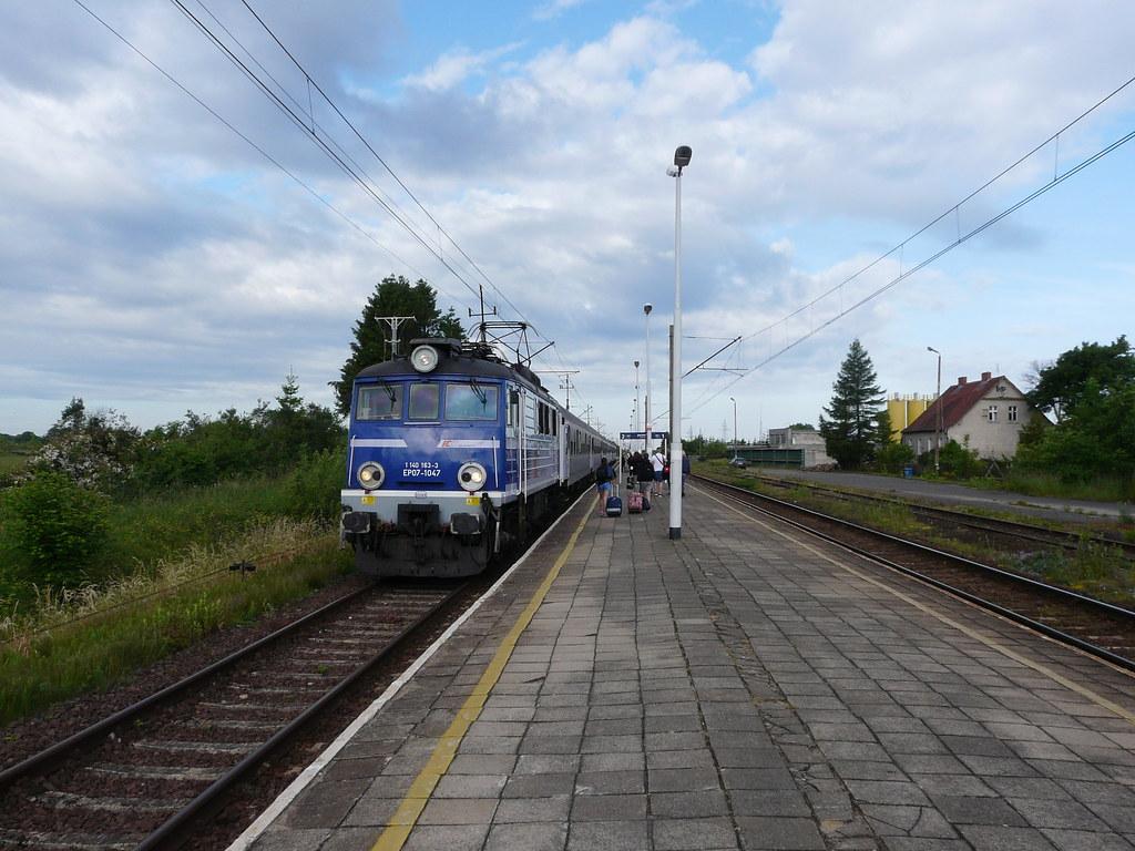 Tragedia na przejeździe kolejowym, nie żyją 2 osoby. Nagranie trafiło do sieci