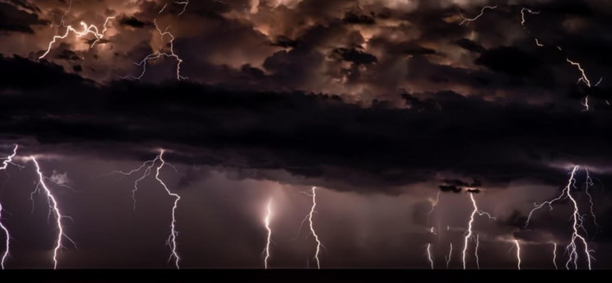 Dziś przez Polskę przejdą bardzo silne burze. Zła wiadomość IMGW o ryzyku trąb powietrznych dla kilku regionów