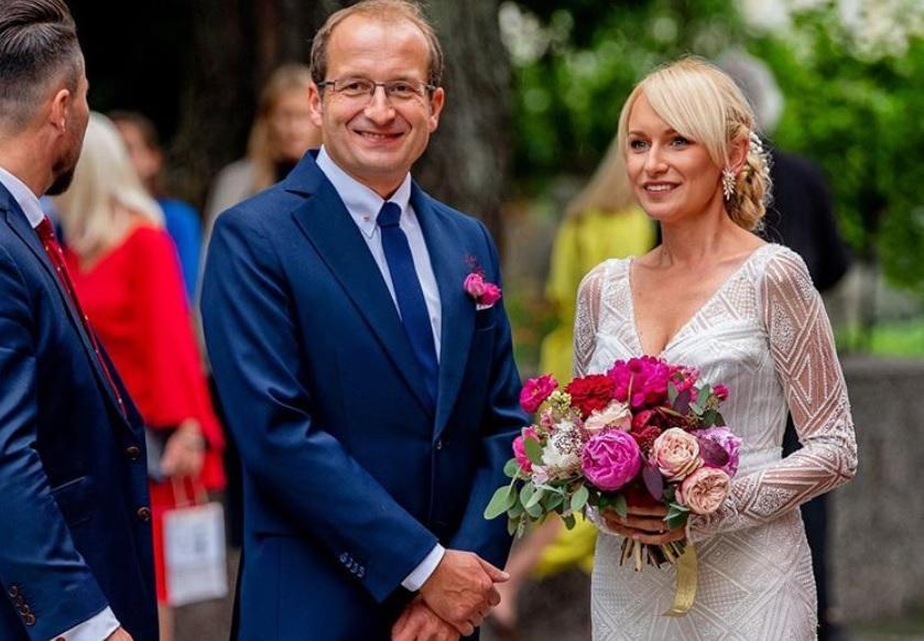 Najpierw ślub, potem chrzest. Gwiazdor polskiego kabaretu ożenił się z 14 lat młodszą matką swojego dziecka